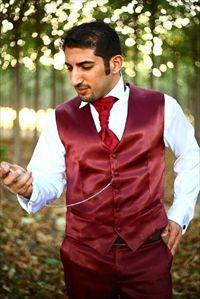 גבר הולך לאיבוד: חליפות חתן מוגזמות
