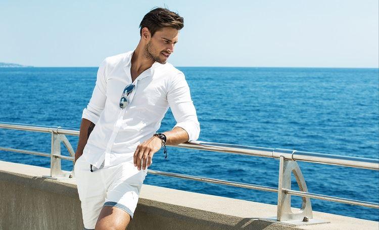חולצה מכופתרת ומכנס קצר שיוצרים לוק שמתאים לאווירה (צילום: Shutterstock)